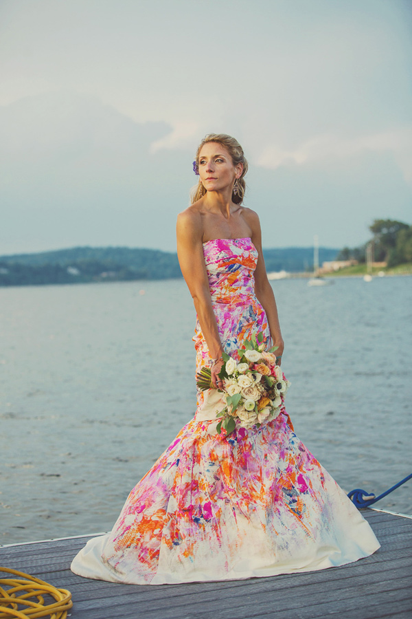 Non traditional beach wedding ideas to escape the clich s for Affordable non traditional wedding dresses